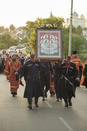 Крестный ход ранним утром 17 июля 2015 года к закладке храма Царственных мучеников