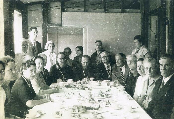 Протоиерей Ростислав Ган с архимандритом Феодором (Пудашкиным) и группой прихожан за праздничной трапезой