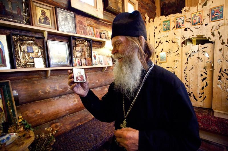 Ο π. Βίκτωρ κρατάει την τοπική εικόνα της Θεοτόκου «Τερεμπένσκαγια». Έφτιαξε το ξύλινο εικονοστάσι για τον Ναό με τα δικά του χέρια