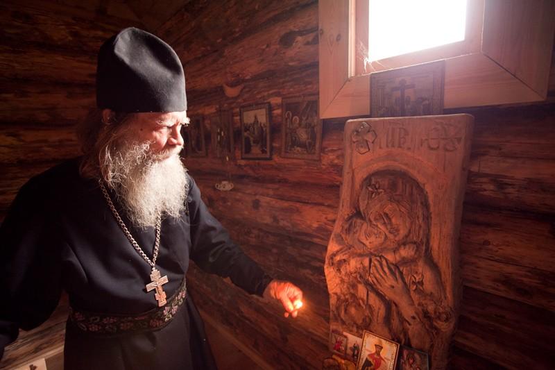 Ο π. Βίκτωρ δίπλα στη σκαλιστή εικόνα της Θεοτόκου του Βλαντίμιρ
