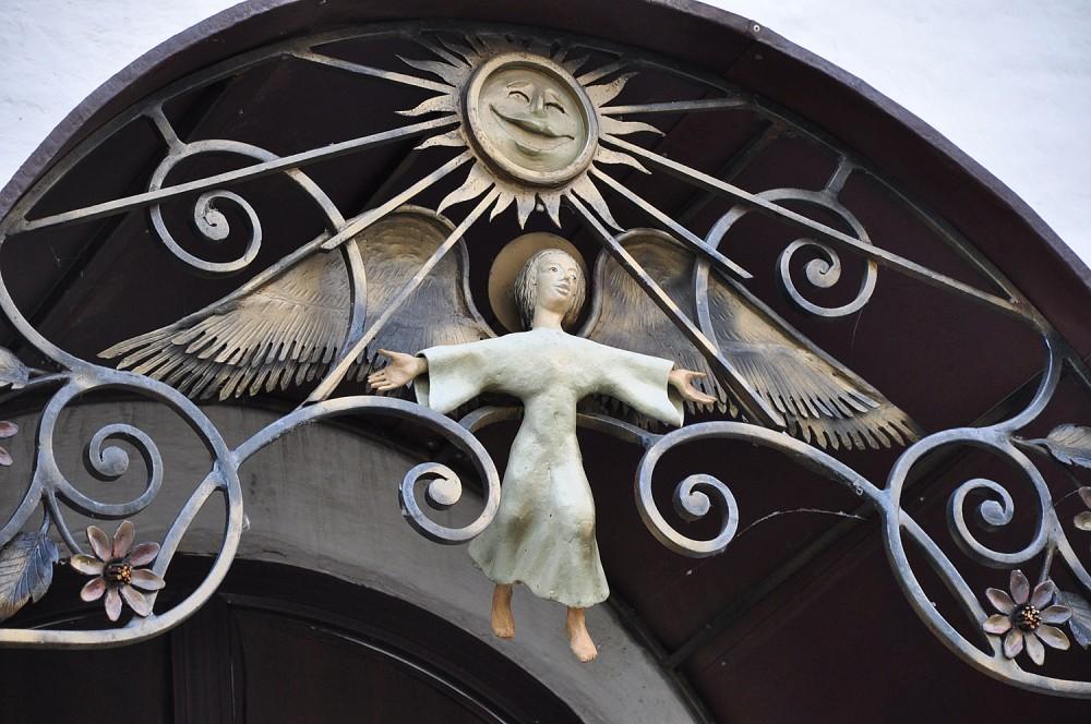 Ангел над крыльцом