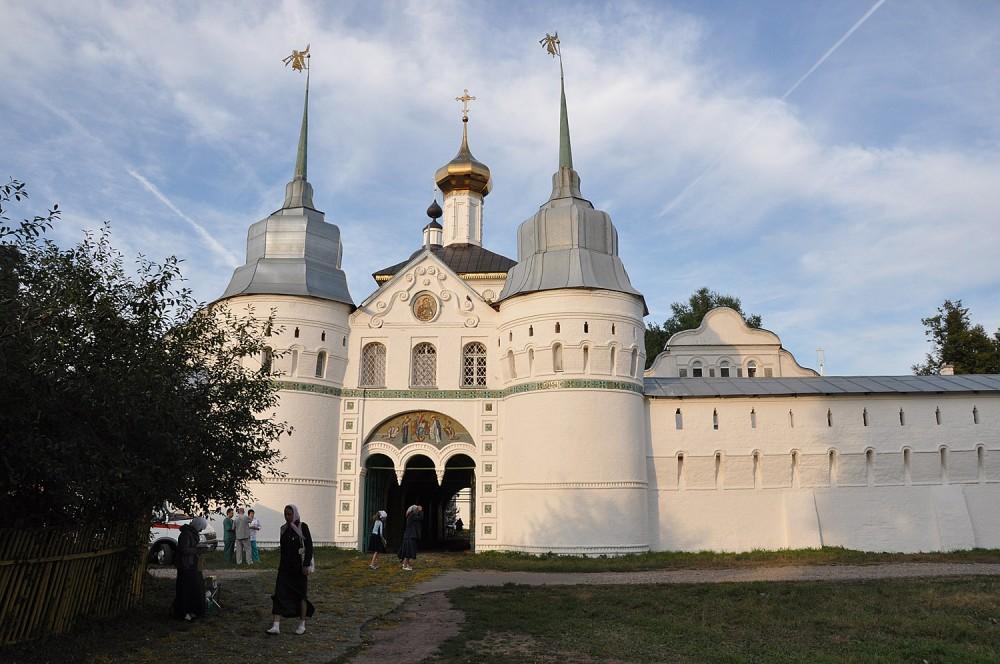Вход в Толгский монастырь со стороны Волги
