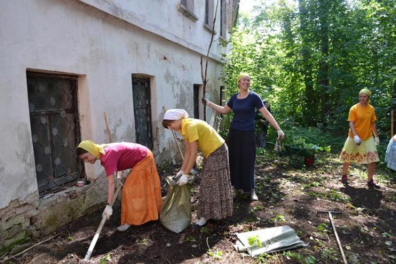Расчистка прилегающей территории у Игуменского корпуса