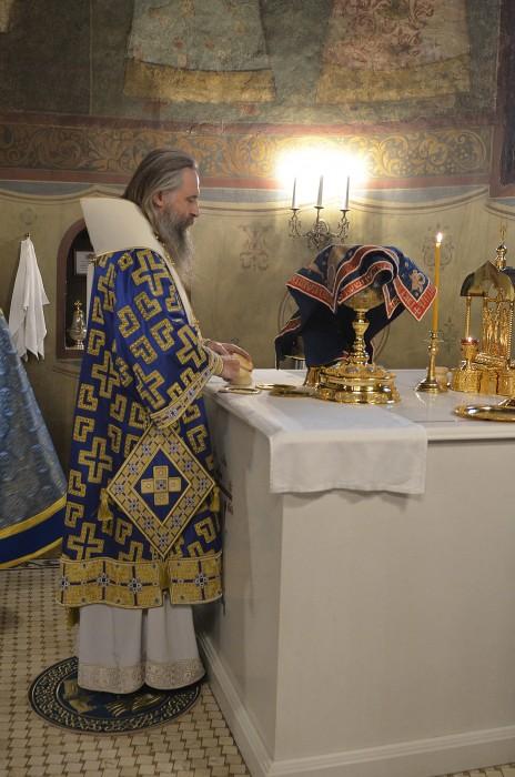 Архиепископ Сергиево-Посадский Феогност совершает проскомидию