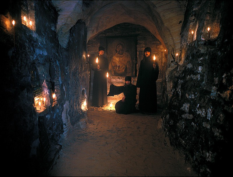 Братия в Богом зданных пещерах