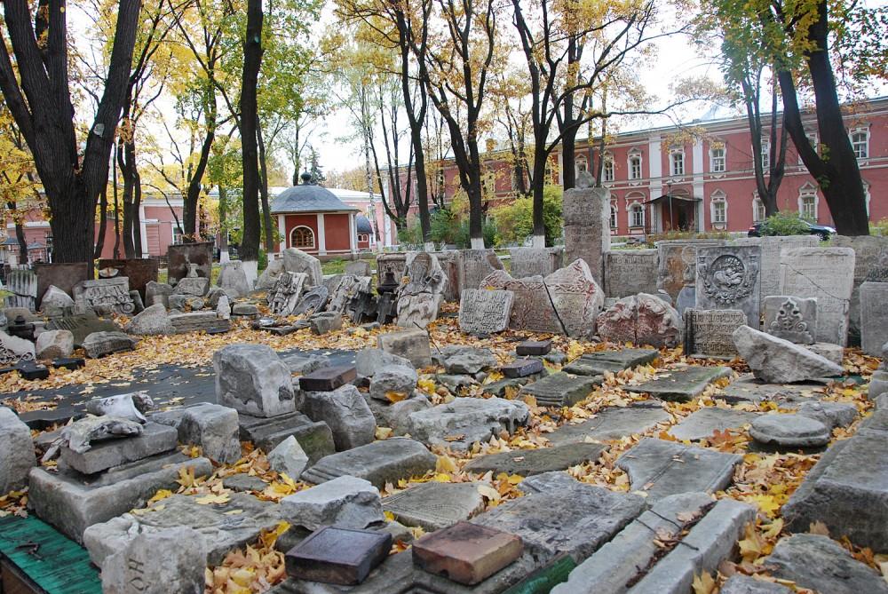 Фрагменты разрушенных надгробий