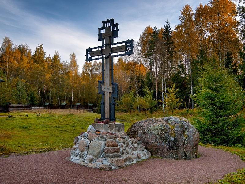 Поклонный крест и валун