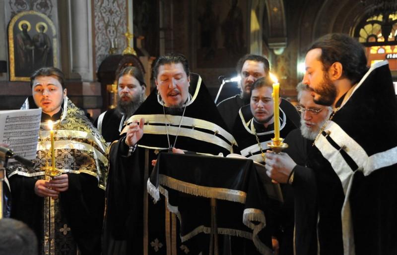 Хор духовенства Собора исполняет кондак Канона, регент - настоятель Собора протоиерей Игорь Олжабаев