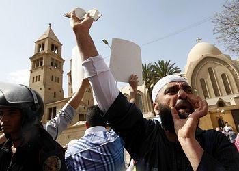 Protestation des musulmans devant une église copte en Egypte