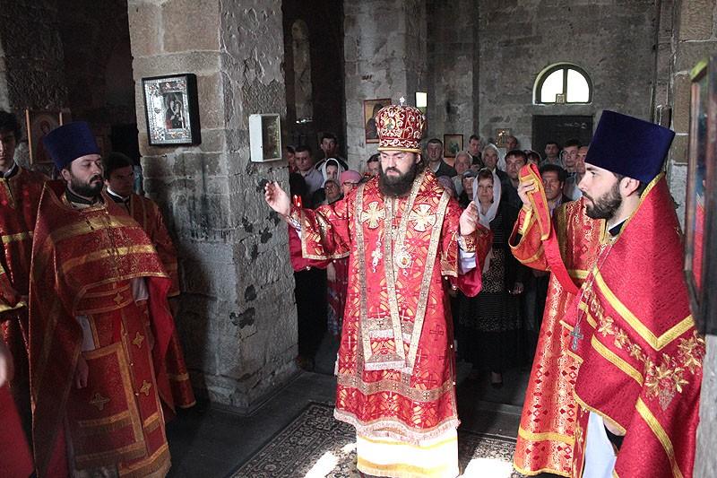 Епископ Пятигорский и Черкесский Феофилакт во время Божественной литургии