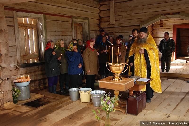 Жители окрестных деревень на молебне в храме св. вмц. Екатерины