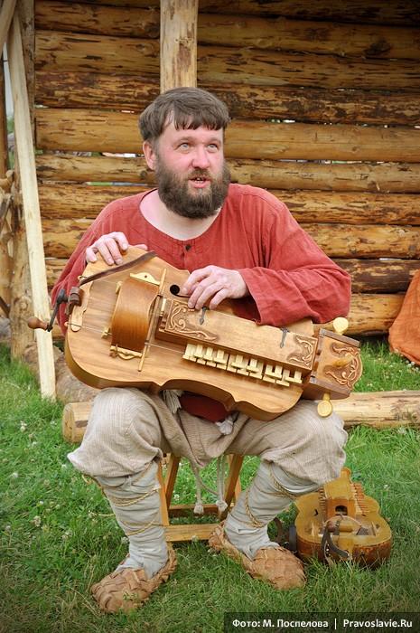 Музыкант Василий Евхимович со старинным музыкальным инструментом – колесной лирой
