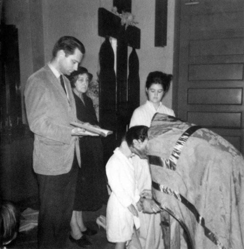 Евгений Роуз на крещении Саши (своего крестного сына), совершаемого о. Амвросием (Погодиным). Сан-Франциско