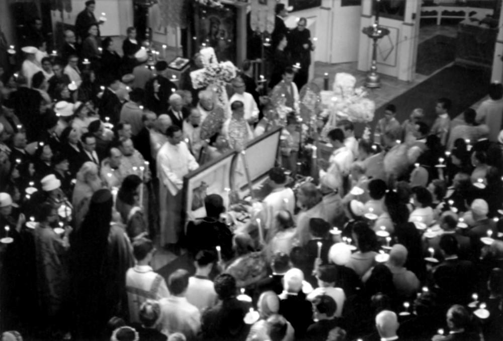 Прощание с архиепископом Иоанном. Слева от гроба в белом стихаре — Евгений Роуз, справа от него — отец Спиридон. Перед гробом, в клобуке и мантии, — епископ Нектарий