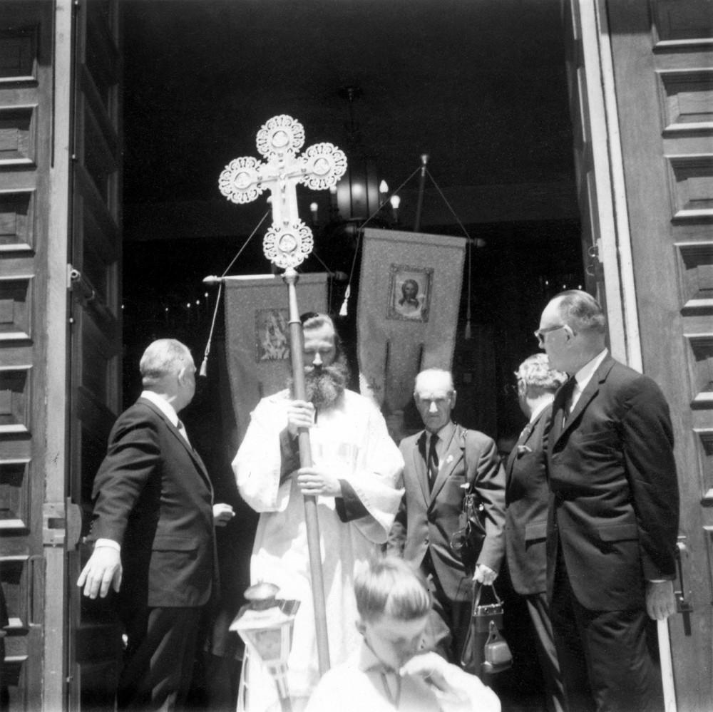 Церемония канонизации прп. Германа Аляскинского. Евгений Роуз во главе крестного хода у дверей собора в Сан-Франциско