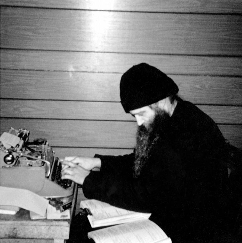 Великий пост 1971 г. О. Серафим за работой в монастырской трапезной, тогда еще недостроенной
