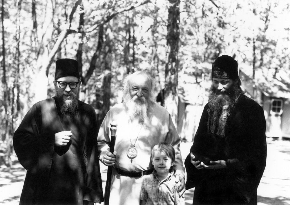 Архиепископ Сан-Францисский Антоний (1908–2000) с о. Германом, о. Серафимом и маленьким паломником. Скит Прп. Германа Аляскинского. 1979 г.