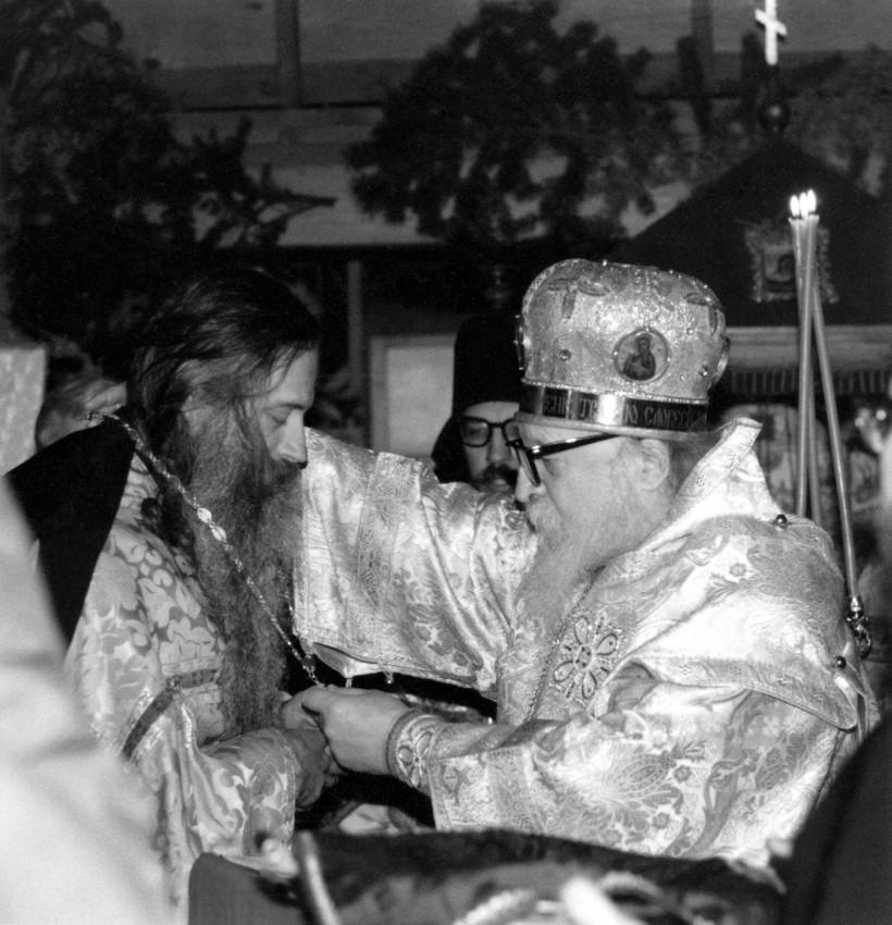 Архиепископ Антоний награждает о. Серафима (Роуза) золотым крестом. Церковь монастыря Прп. Германа, 18 янв. 1981 г.