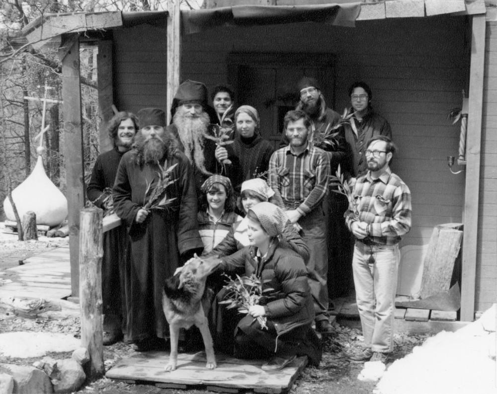 О. Серафим (Роуз) с братией и паломниками у монастырской церкви Вербное воскресенье. 1982 г.